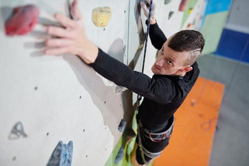 escalader un mur en salle indoor
